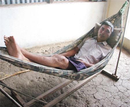 Ông Phan Văn Luyện bị tai nạn lao động dẫn đến tai biến liệt nửa người chỉ có thể nằm một chỗ.