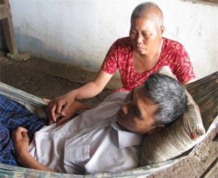 Hai ông bà đều bệnh tật không đủ sức để làm gì ra tiền. Cuộc sống chỉ nhờ vào sự thương tình của lối xóm để nuôi các cháu.