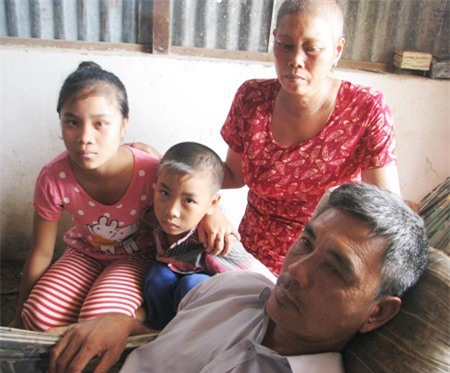 Ông bà nội không đủ khả năng lo cho tương lai của 2 cháu bé. Tương lai của 2 cháu giờ chỉ còn nhờ vào sự quan tâm, giúp đỡ của các tấm lòng hảo tâm.
