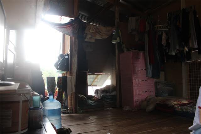 Căn nhà tuềnh toàng, rộng chưa tới 10m2 là nơi trú ngụ, sinh hoạt của gia đình 8 người - 4 thế hệ.