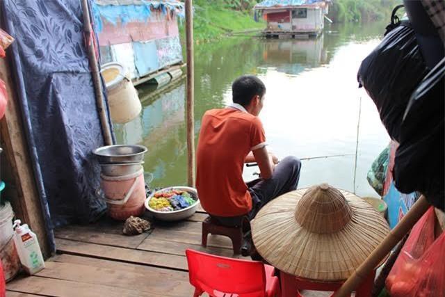 Anh Cường không có khả năng lao động nên hàng ngày chỉ ngồi câu cá trên sông đẻ cải thiện bữa căn cho gia đình nghèo.