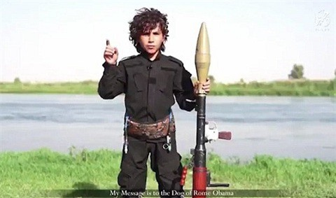 Hình ảnh chiến binh IS nhí trong video mới được Nhà nước Hồi giáo tung lên Internet.