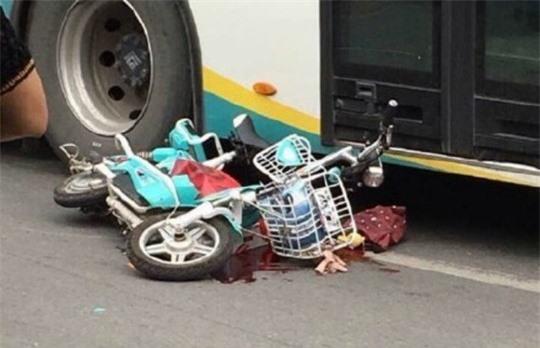 Hiện trường nơi cô gái 28 tuổi bị xe buýt cán chết.