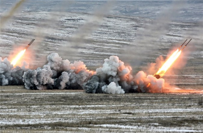 Quang cảnh vùng mục tiêu bị bao trùm bởi khói và lửa sau một loạt bắn của TOS-1A Buratino.