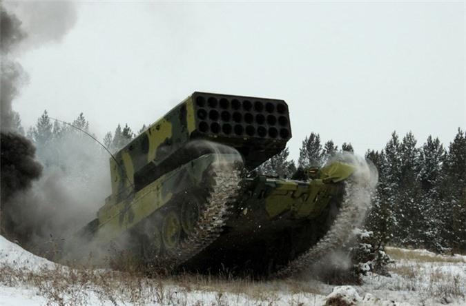 Xe chiến đấu BM-1 của pháo phản lực TOS-1A trang bị giá phóng 24 nòng (hoặc 30 nòng phiên bản TOS-1).