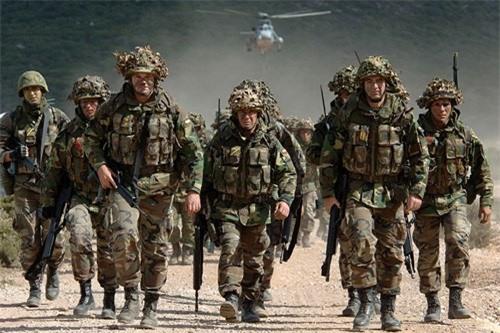 Binh sĩ NATO trong một cuộc tập trận.